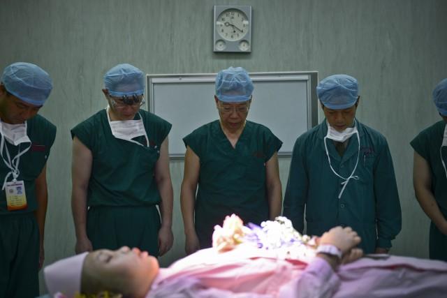 L'ex-vice-ministre de la Santé chinois Huang Jiefu et... (PHOTO ARCHIVES REUTERS)