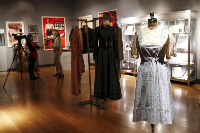 Une robe portée par la star de Hollywood Judy Garland dans The Wizard of... (PHOTO REUTERS)