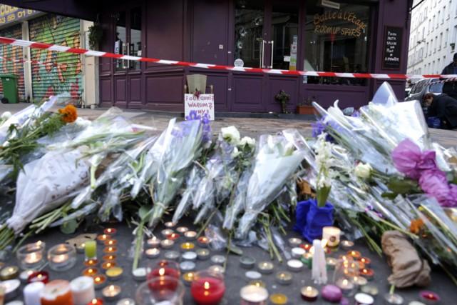 Des fleurs et des chandelles ont été deposées... (PHOTO AFP)