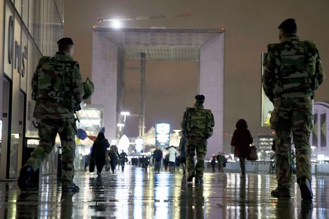 Des soldats patrouillaient, mardi,le quartier d'affaires de La... (AFP, Kenzo Tribouillard)
