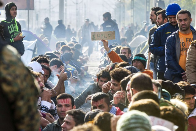 Des migrants et réfugiés à la frontière entre... (PHOTO AFP)