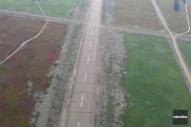 Le revêtement de la piste de l'aéroport de... (Archives Le Quotidien, Normand Boivin)