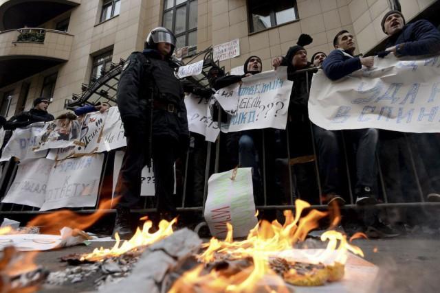 Des manifestants criaient des slogans hostiles au président... (PHOTO KIRILL KUDRYAVTSEV, AFP)