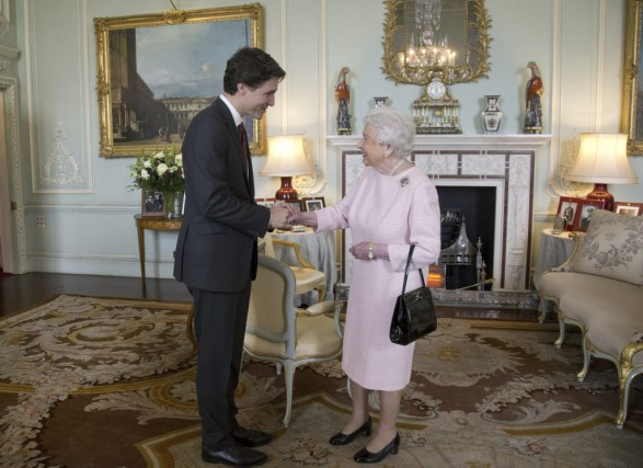 Justin Trudeau et la reine Elizabeth II.... (PHOTO YUI MOK, AGENCE FRANCE-PRESSE)