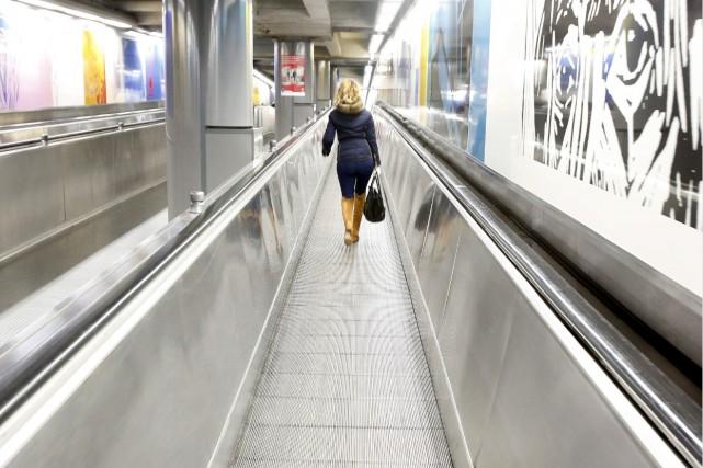 Une femme circule dans un couloir du métro... (AP, Michael Probst)