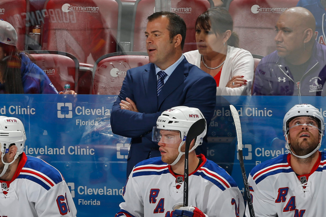 Alain Vigneault dirigera bientôt son 1000e match dans... (Joel Auerbach, Associated Press)