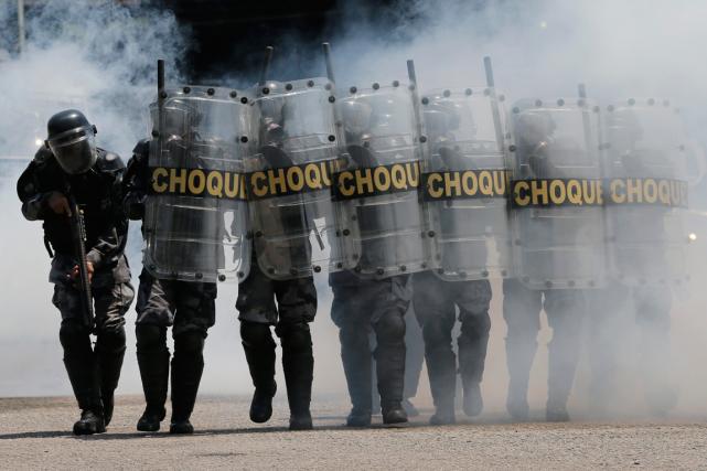 Des policiers brésiliens prennent part à un exercice... (Photo Silvia Izquierdo, AP)