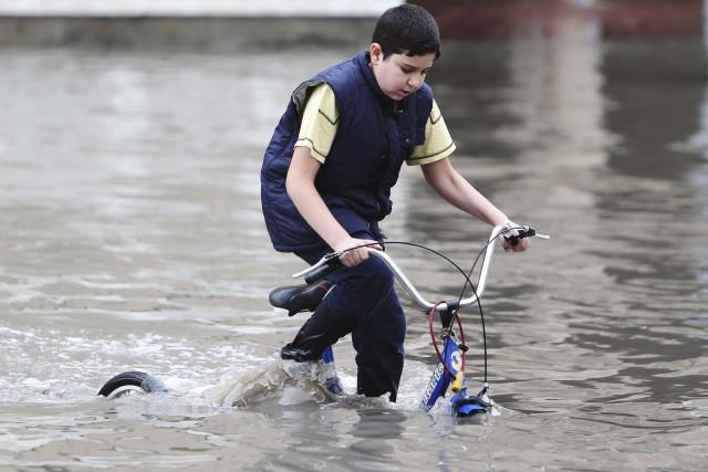 Un jeune cycliste àDoha, le 25 novembre... (AFP)