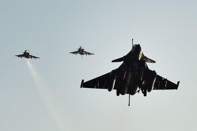 Trois chasseurs Dassault Rafale de l'armée française font... (PHOTO ANNE-CHRISTINE POUJOULAT, AFP)