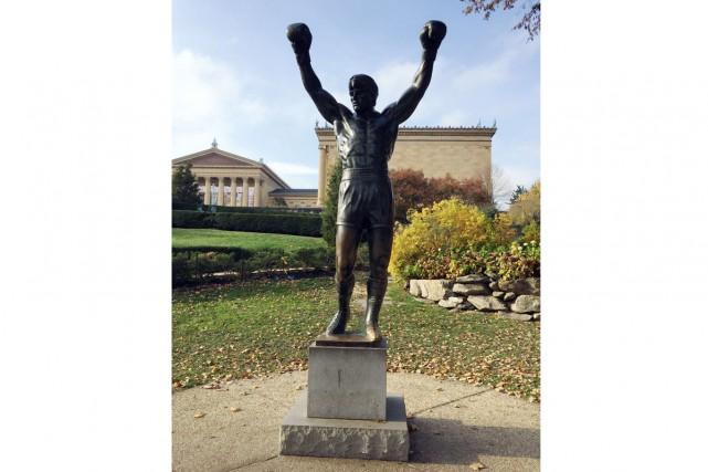 La statue de bronze du boxeur Rocky située... (PHOTO AFP)
