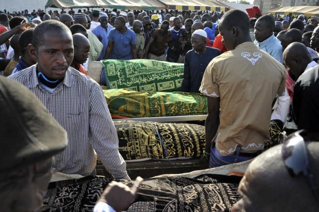Cinq employés de l'hôtel Radisson Bluont été enterrés... (PHOTO AFP)