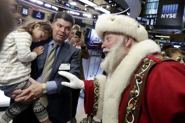 Le père Noël s'est invité sur le plancher... (PHOTO RICHARD DREW, ASSOCIATED PRESS)