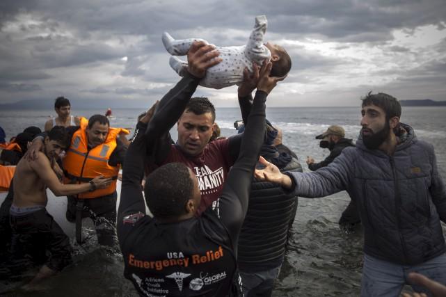 Les migrants continuent d'affluer sur les côtes grecques.... (Associated Press)
