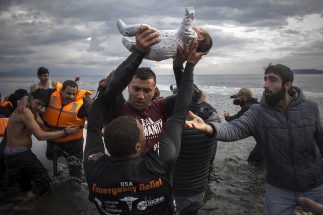 Des migrants et des réfugiés à leur arrivée... (Associated Press)