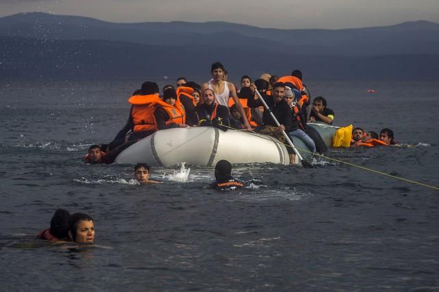 Des réfugiés au large de la Grèce. Des... (Associated Press)