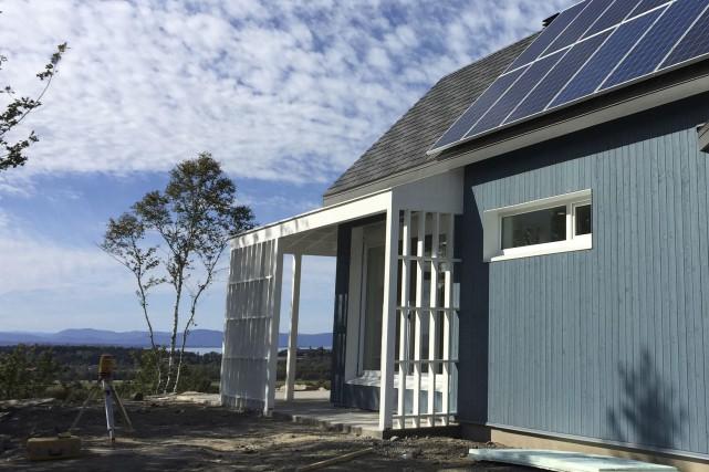 Le toit couvert de bardeaux de caoutchouc recyclé... (Fournie par TERGOS)