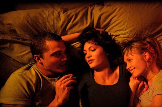 Un couple fantasme sur un trio avec une... (fournie par les films Séville)