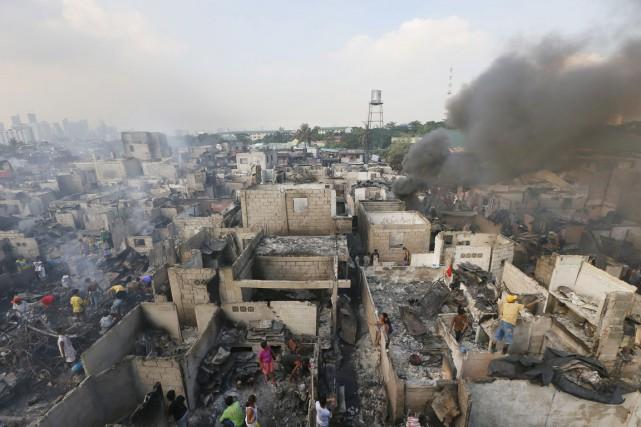 L'incendie s'est déclaré mercredi et s'est rapidement propagé... (PHOTO BULLIT MARQUEZ, AP)