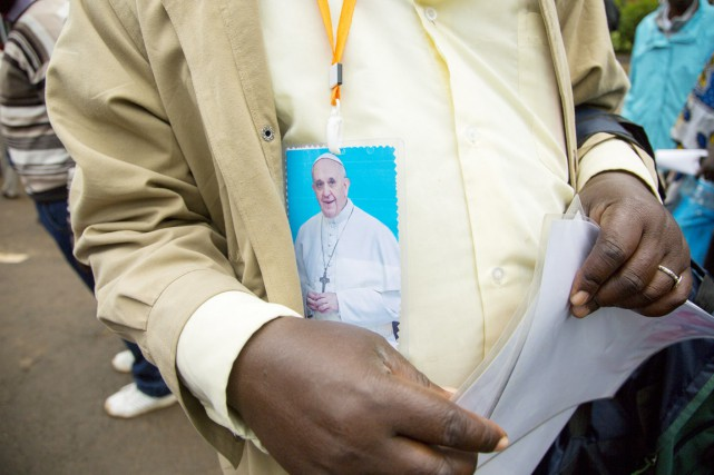 Un homme venu entendre le pape François à... (PHOTO GEORGINA GOODWIN, AFP)