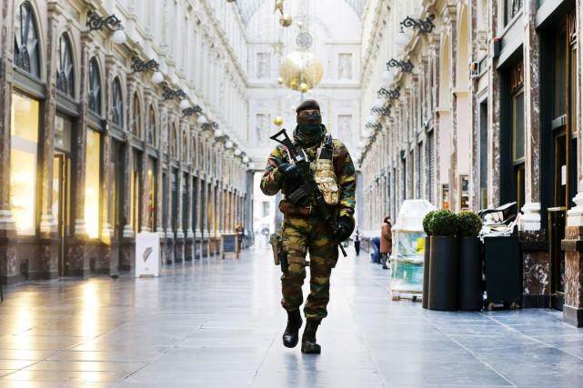 Un soldat belge patrouille dans le centre de... (PHOTO MICHAEL PROBST, AP)