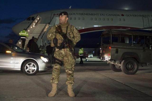 Des militaires montent la gardent devant l'avion du... (PHOTO ADRIAN WYLD, LA PRESSE CANADIENNE)