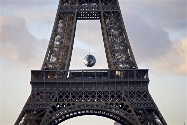 Earth Crisis, l'oeuvre de l'artiste américain Shepard Fairey... (PHOTO CHARLES PLATIAU, REUTERS)