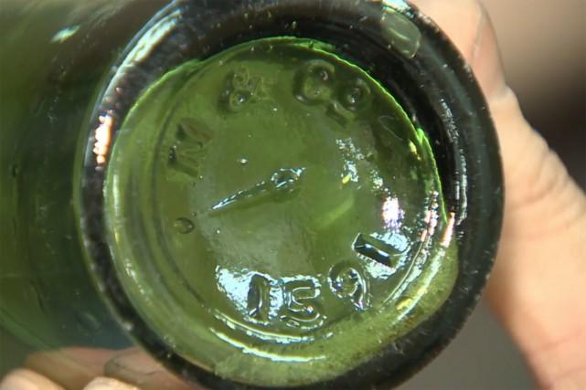 Un plongeur amateur a découvert au fond du port de Halifax une bouteille qui... (IMAGE TIRÉE D'UNE VIDÉO)
