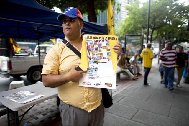 Un partisan de l'opposition de Caracas explique à... (AP, Ariana Cubillos)