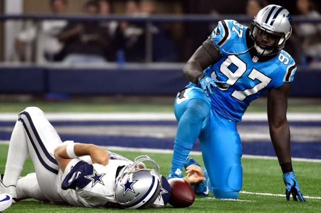 Le quart-arrière des Cowboys, Tony Romo, gît au... (AP, Michael Ainsworth)