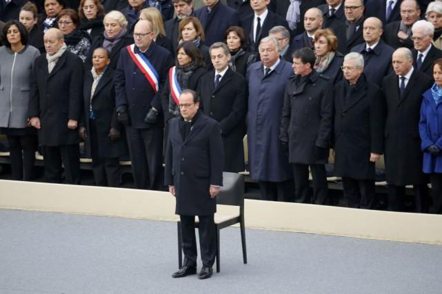 Seul orateur, le président Hollande a rendu hommage... (PHOTO JACKY NAEGELEN, AGENCE FRANCE-PRESSE)