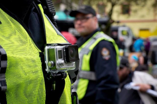 Un policier équipé d'une caméra corporelle.... (PHOTO JONATHAN HAYWARD, LA PRESSE CANADIENNE)