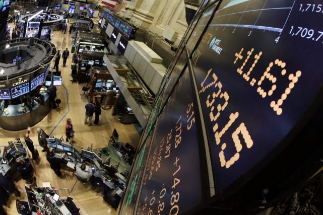 Wall Street a terminé une semaine difficile sur une chute vendredi, dans le... (PHOTO RICHARD DREW, ARCHIVES AP)