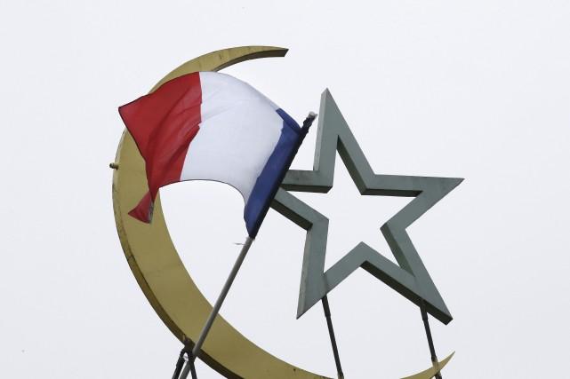 Le drapeau français flotte sur le toit de... (Agence France-Presse, Patrick Kovarik)
