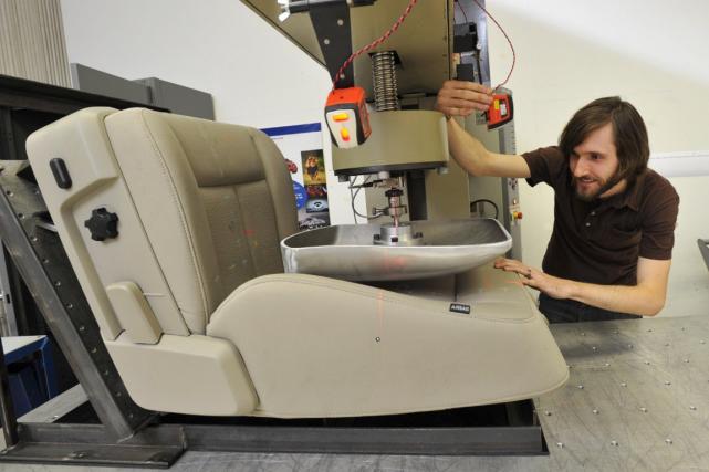 Un ingénieur de Ford mesure l'élasticité d'un prototype... (Photo fournie par Ford)