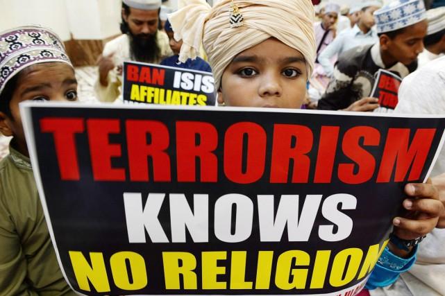 Un jeune Indien de confession musulmane brandit une... (PHOTO INDRANIL MUKHERJEE, AFP)