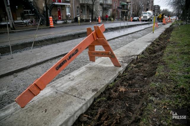Un trottoir d'à peine 70 cm de large... (PHOTO DAVID BOILY, LA PRESSE)