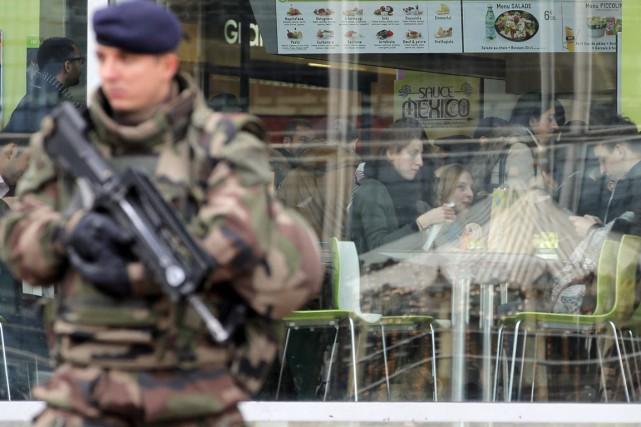 Un soldat patrouille dans le quartier des affaires... (Photo Christophe Ena, AP)