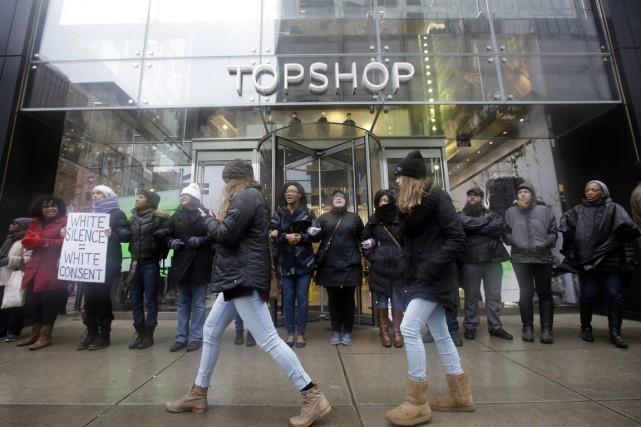 Des manifestants bloquent l'entrée d'une boutique du centre-ville... (Photo Nam Y. Huh, AP)