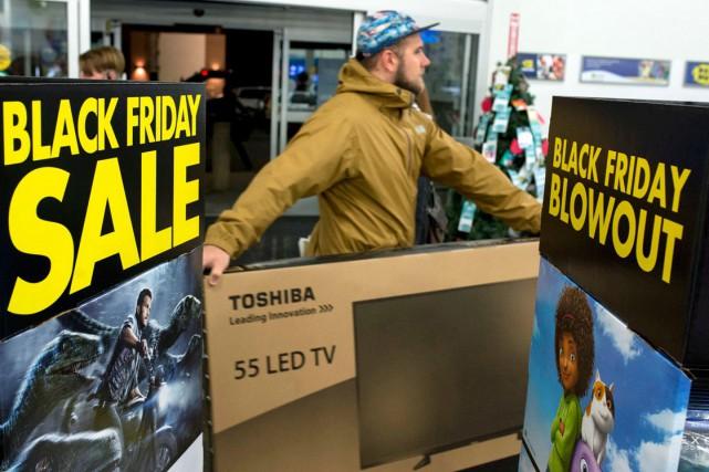 Un client transporte un téléviseur à écran plat... (La Presse Canadienne, Justin Tang)