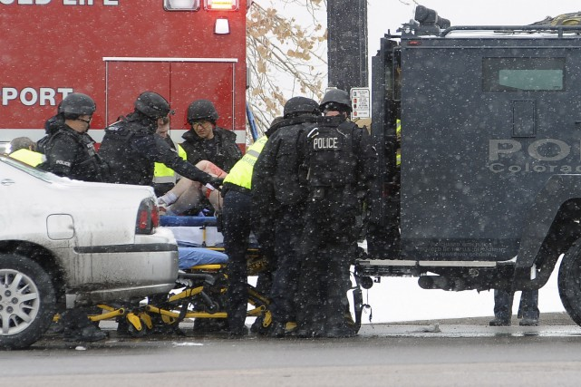Une blessée est transportée à l'ambulance près de... (AP, Daniel Owen)