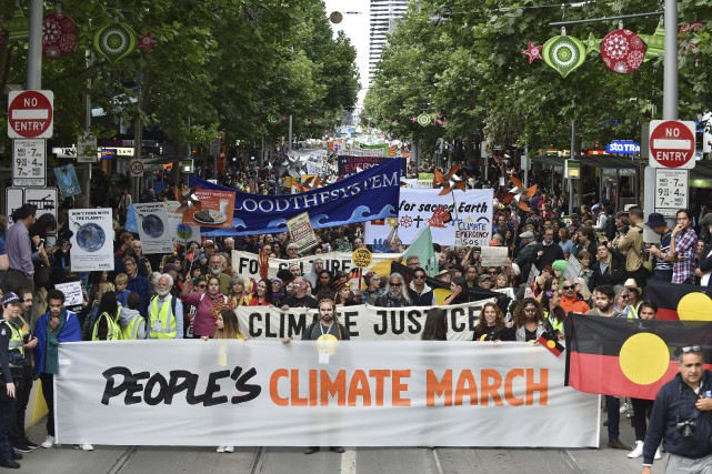 Plusieurs dizaines de milliers de personnes ont défilé... (AFP, Paul Crock)