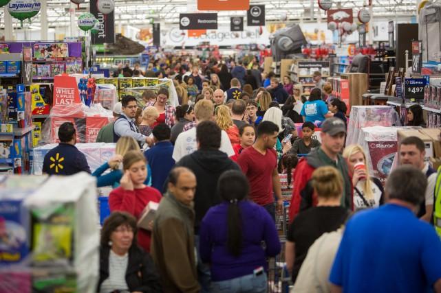 Les ventes du «Vendredi fou» dans les magasins... (Associated Press)