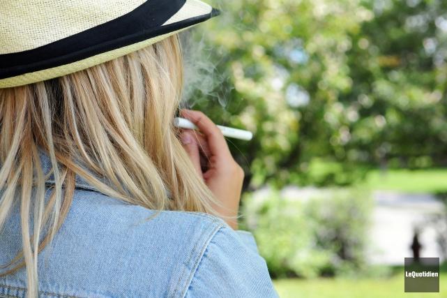 Les jeunes essaient massivement la cigarette électronique.... (Archives Le Quotidien, Mariane L. St-Gelais)