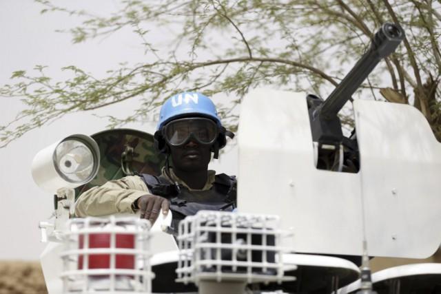 Des soldats de l'ONU patrouillent dans la ville... (PHOTO KENZO TRIBOUILLARD, ARCHIVES AGENCE FRANCE-PRESSE)