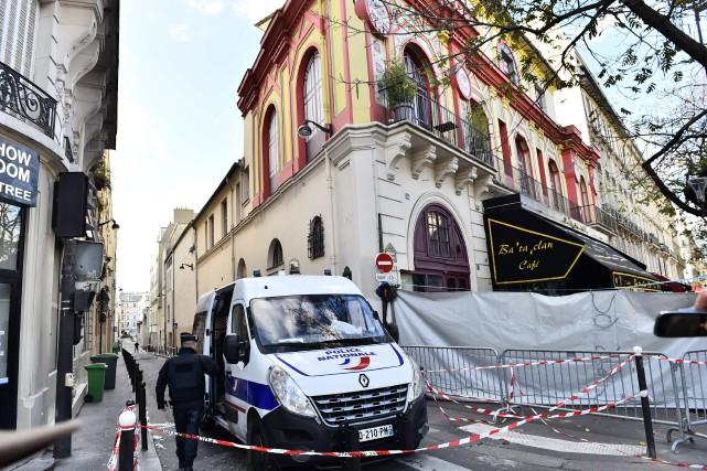 Un véhicule de police est stationné devant le... (PHOTO LOÏC VENANCE, AGENCE FRANCE-PRESSE)