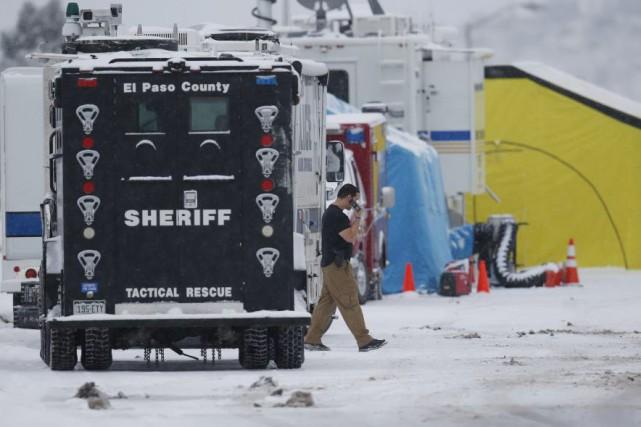 Les policiers poursuivent leur enquête entourant les événements... (David Zalubowski, Associated Press)