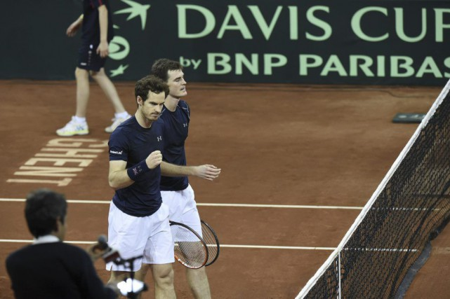 Andy Murray et Jamie Murray... (PHOTO JOHN THYS, AFP)