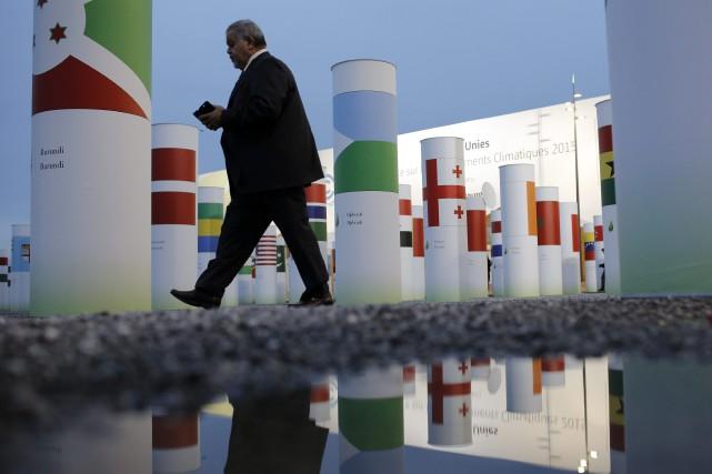 Un homme marche devant l'entréeconférence de l'ONU sur... (Photo Laurent Cipriani, AP)