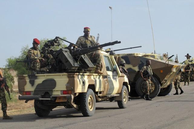 Un convoi de soldats camerounais patrouillent dans les... (Photo REINNIER KAZE, archives AFP)