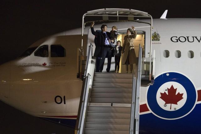 Justin Trudeau arrive à Paris en compagnie de... (Photo Adrian Wyld, La Presse Canadienne)